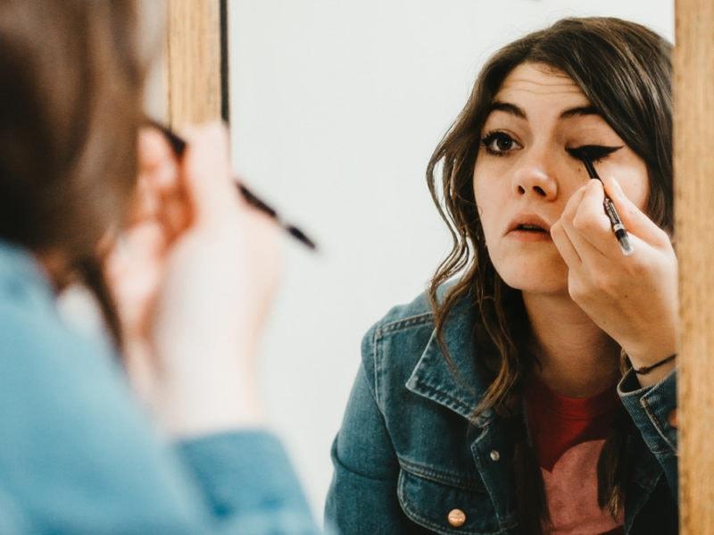 5 trucchi per applicare bene l'eyeliner che ogni donna dovrebbe sapere (4)