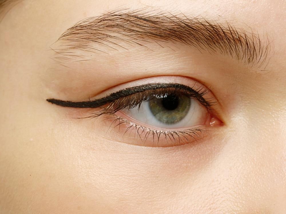 5 trucchi per applicare bene l'eyeliner che ogni donna dovrebbe sapere (5)