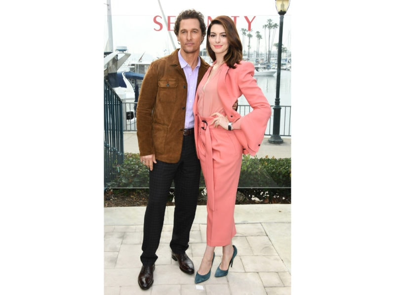 Anne-Hathaway-in-Peter-Petrov-Resort-e-pumps-Casadei-press-office