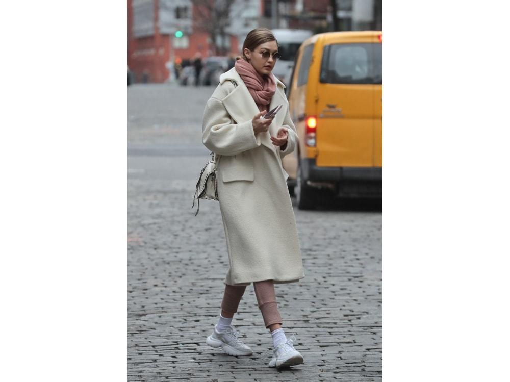 Gigi-Hadid-indossa-le-sneakers-W20-di-Maje-press-office