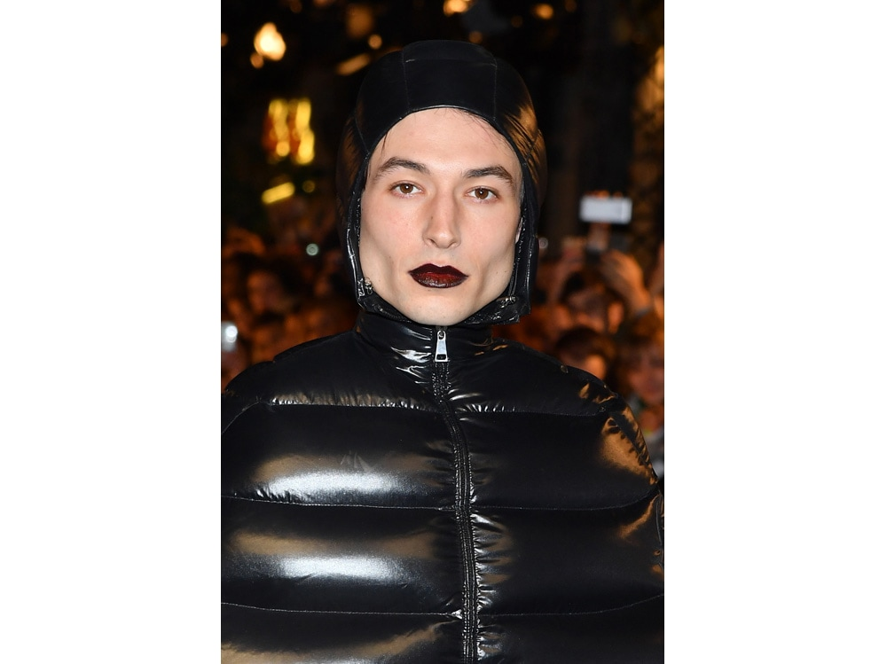 ezra miller beauty look make up capelli stile (10)