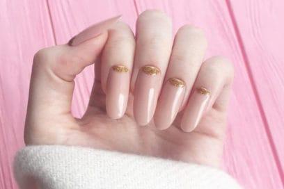Nail art nude con dettagli metallici: le idee unghie 2019 da copiare