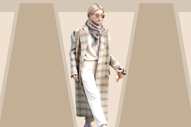Cappotto check e tuta in cashmere: il look di Hailey Baldwin è caldo e comfy come piace a noi!