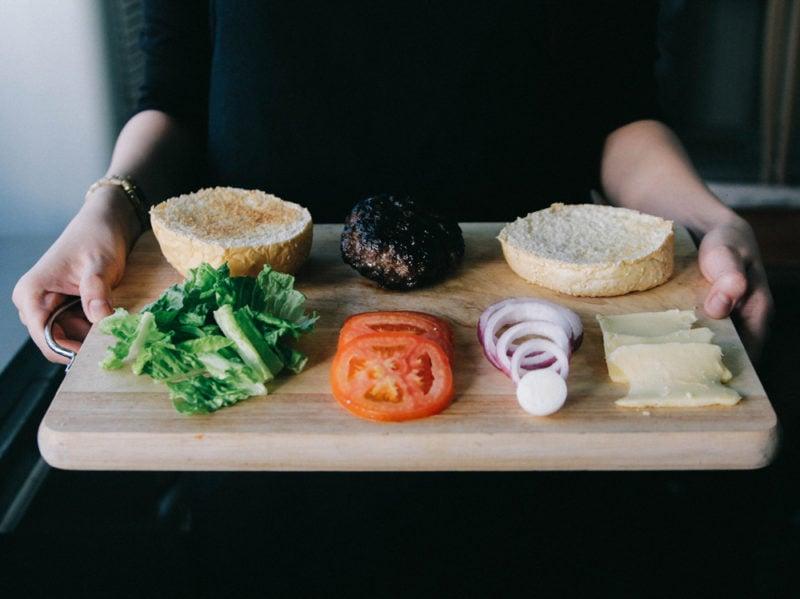 03-pane-hamburger-insalata-pomodori-vassoio