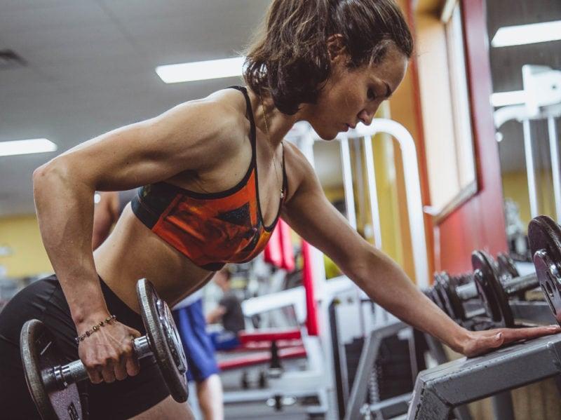 04-ragazza-pesi-bodybuilding