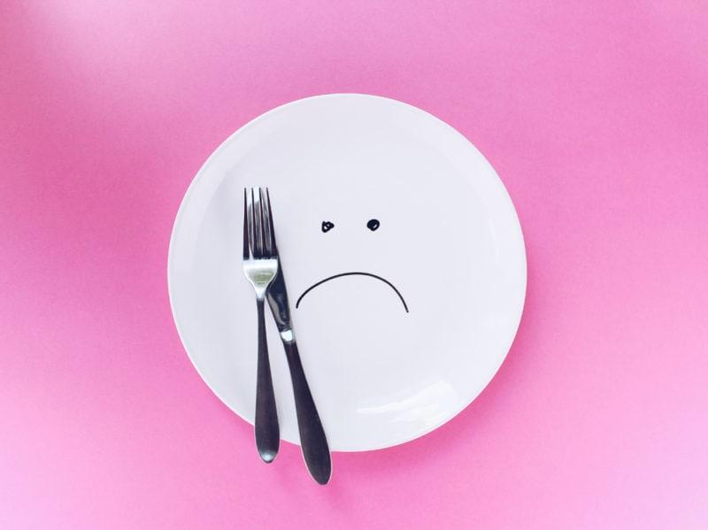 09-piatto-piange-posate-dieta
