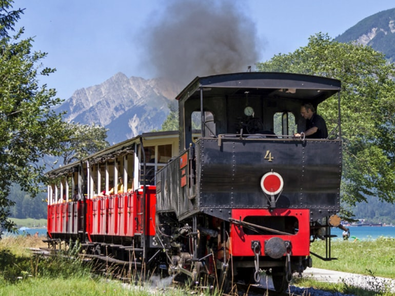 Ferrovia storica a Jenbach Tirolo cittadina tra Innsbruck e Kufstein treni DB-OBB Eurocity