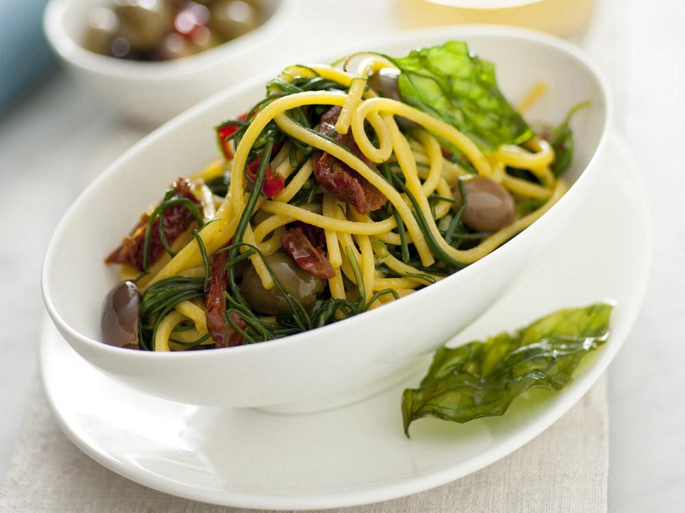 Spaghetti con agretti e olive (1)