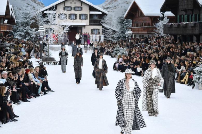 Chanel: lacrime e applausi all'ultima sfilata di Karl