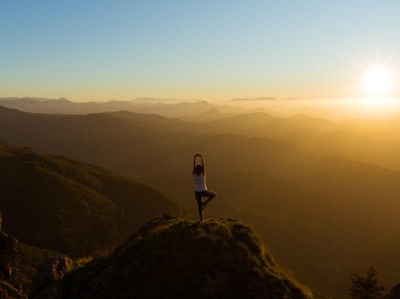 01-yoga-ragazza-montagna