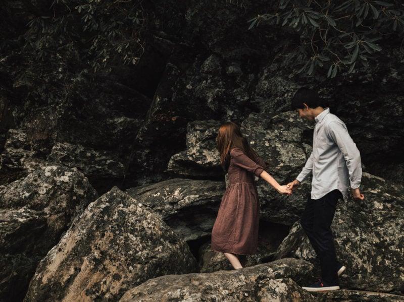 06-ragazza-ragazzo-camminano-per-mano