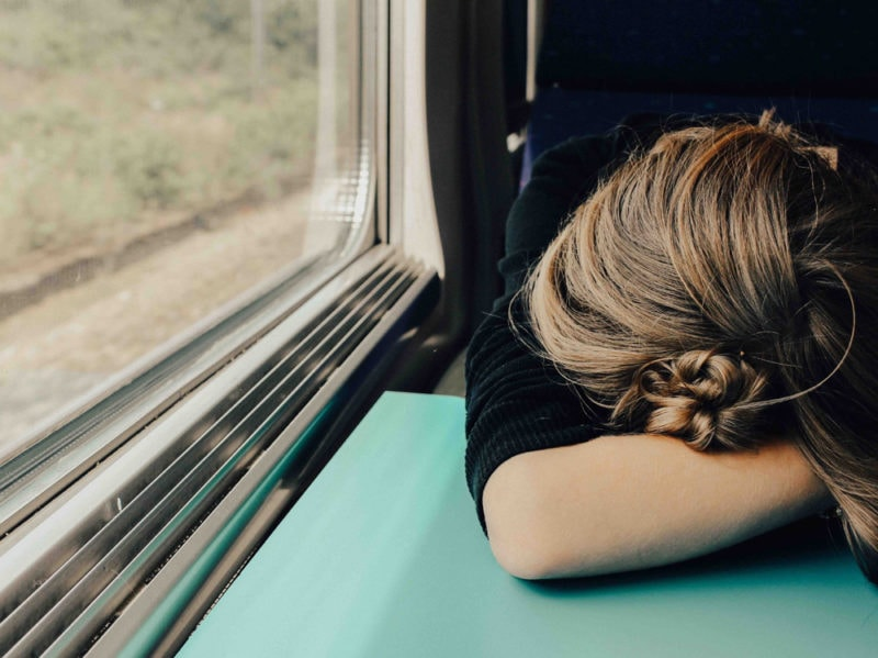 07-ragazza-dorme-in-treno