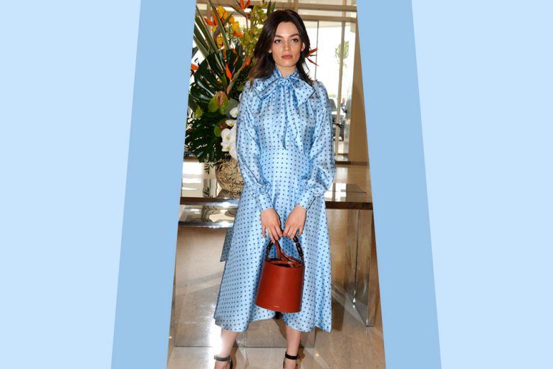 Il look da invitata perfetto? Provate la combo abito midi e borsa a secchiello!