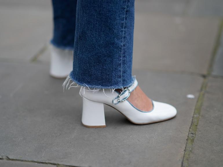 MOBILE_scarpe con tacco largo