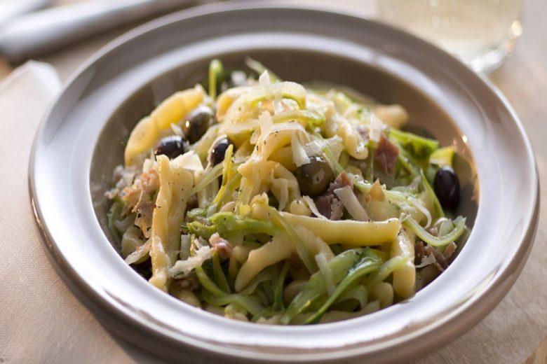 Pasta al prosciutto crudo, puntarelle e olive