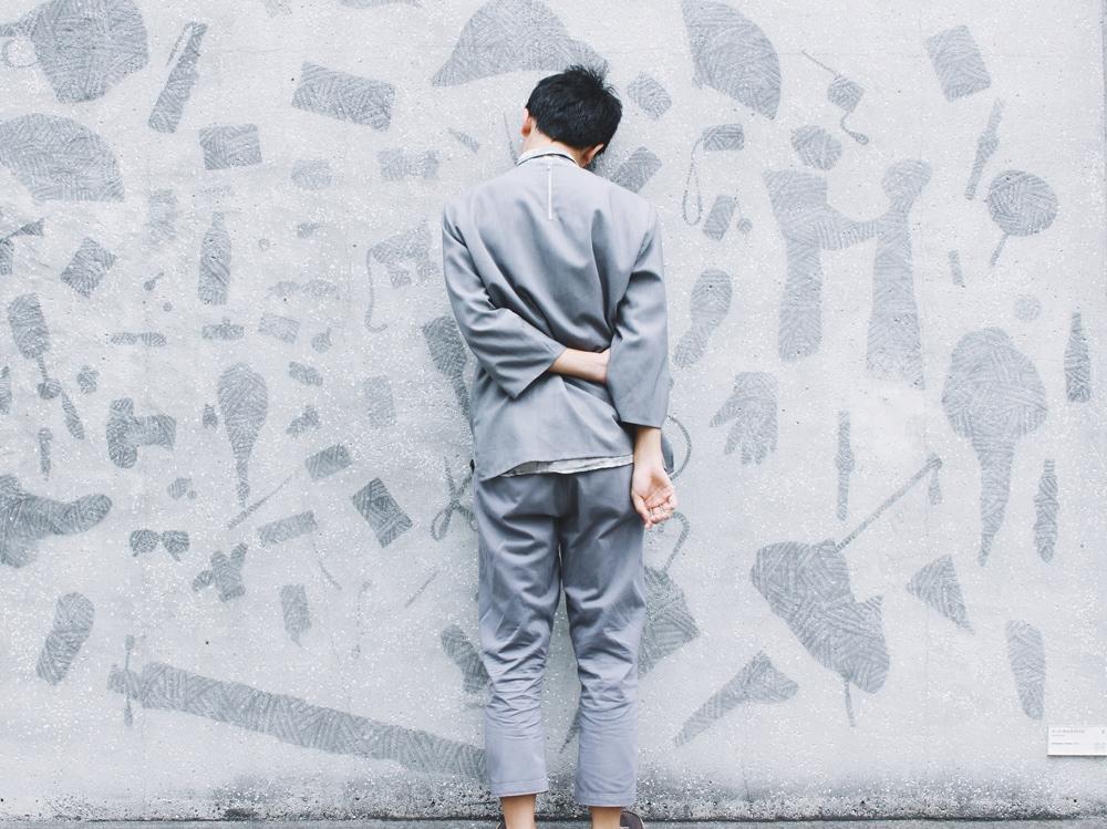 01-uomo-pigiama-muro
