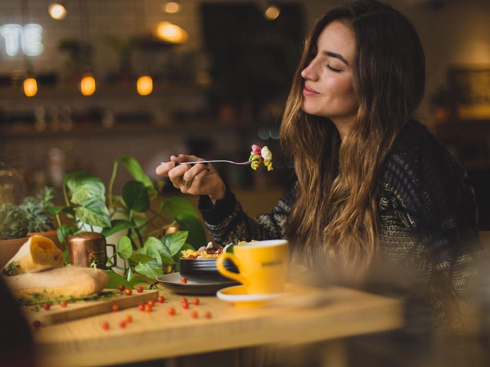 02-ragazza-mangia-soddisfatta