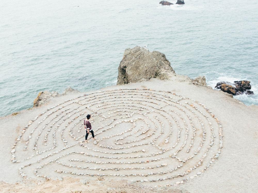 03-ragazza-labirinto-pietre