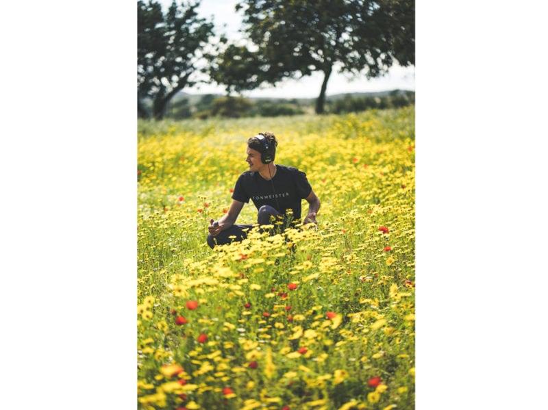 05-campo-papaveri-fiori-ragazzo-cuffie