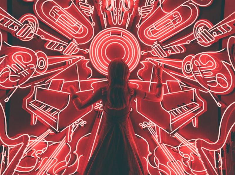 10-ragazza-dirige-orchestra-neon