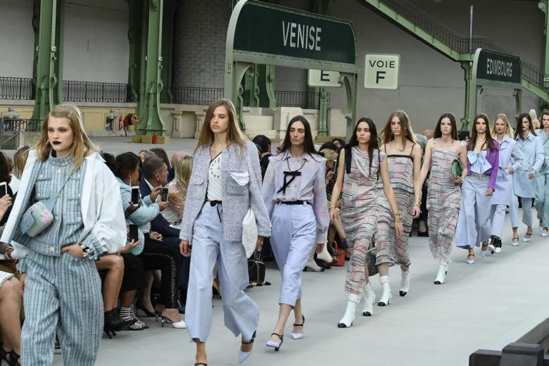 """Chanel Cruise 2020: """"in partenza"""" dal Grand Palais la prima collezione dopo Karl"""