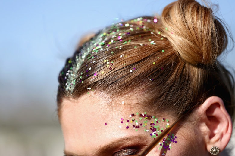 Glitter hair: date un tocco di luminosità estrema al look!