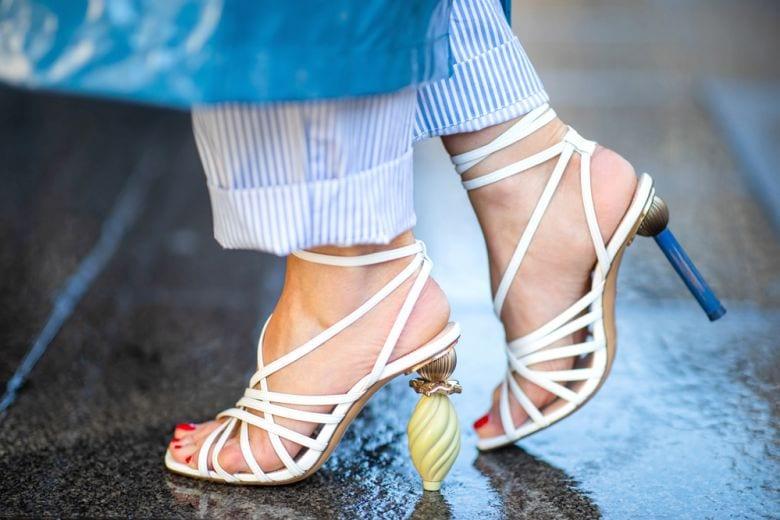 15 sandali con i listini sottili che non vedrete l'ora di indossare quest'estate