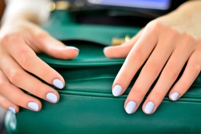 Dip powder manicure: cos'è e come funziona la tecnica dello smalto in polvere