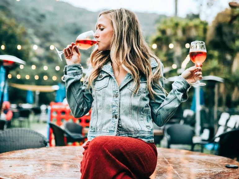 ragazza beve vino