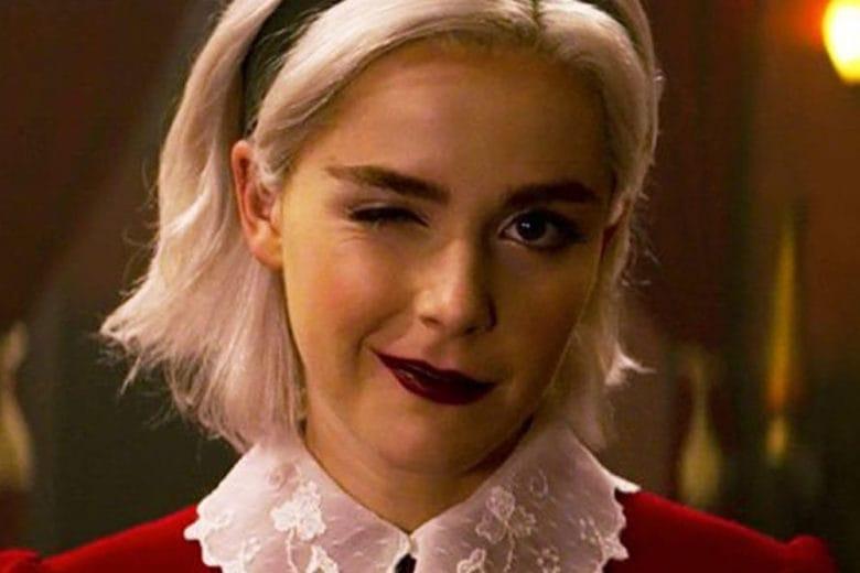 Copia il look di Sabrina Spellman: capelli platino, sopracciglia bold e rossetto strong