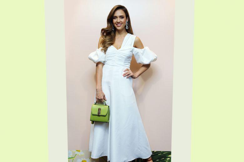 Il look più fresco e chic dell'estate? Vestito bianco e accessori colorati (come insegna Jessica Alba)