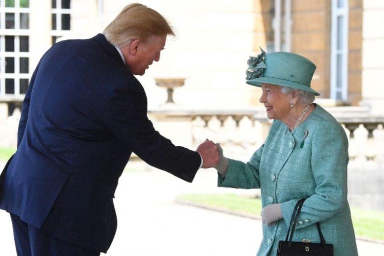 """La Regina Elisabetta ha mandato un messaggio """"nascosto"""" a Donald Trump"""