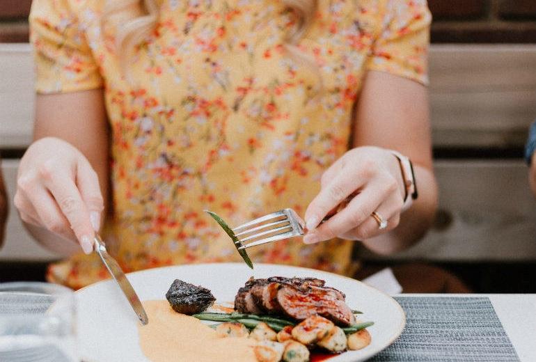 5 trucchi per non ingrassare se mangiate sempre fuori casa