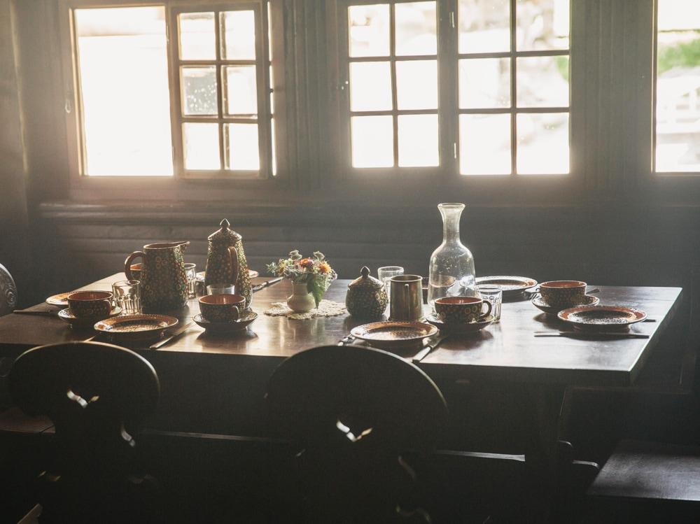 09-tavola-caraffa-piatti
