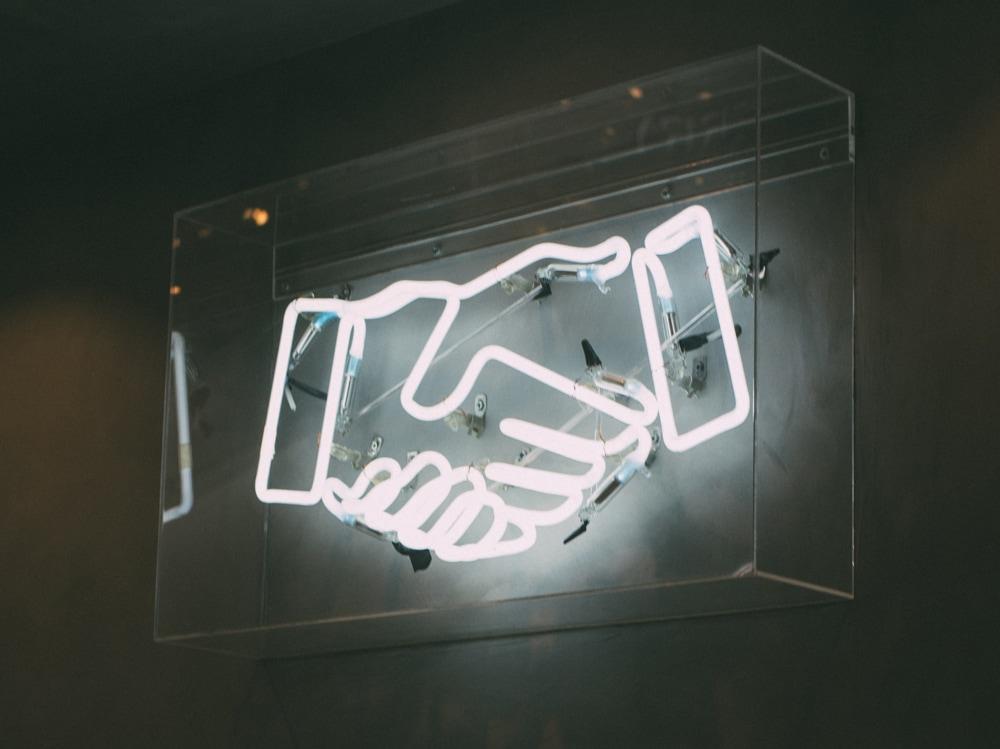 10-piacere-mani-strette