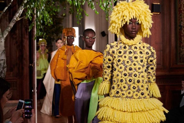 Valentino: la sfilata Haute Couture 2019-20 all'insegna della stravaganza