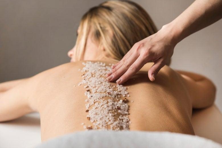 Scrub: le 7 cose da sapere per preparare la pelle al sole