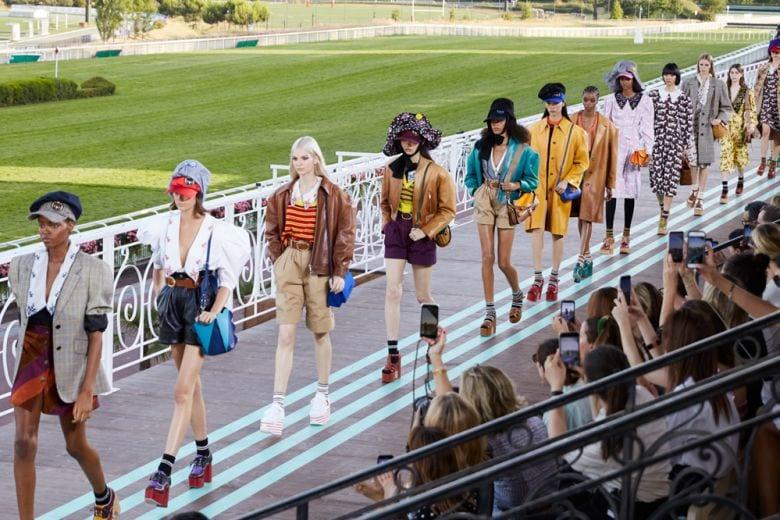 Miu Miu Jockey Club: la sfilata Croisière 2020 nel più celebre ippodromo di Parigi