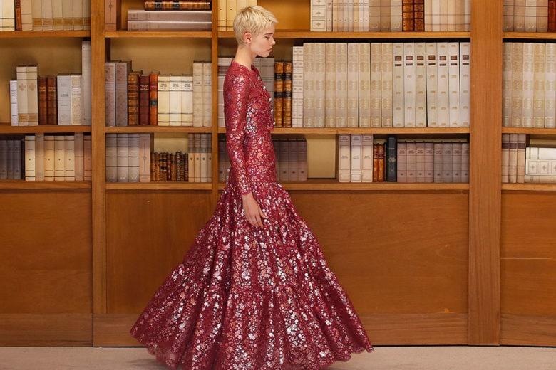 Chanel: l'Haute Couture sfila in biblioteca (con capi in tweed, velluto e paillettes)