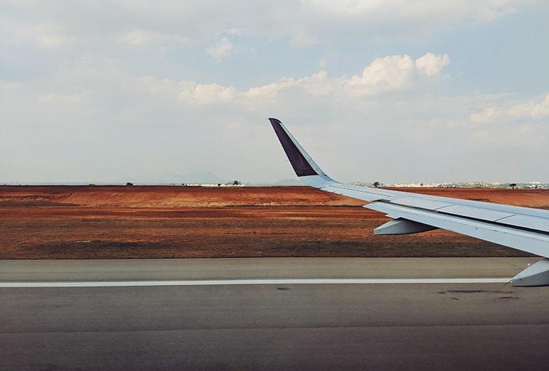 7 cose che non dovreste mai indossare se dovete prendere un aereo