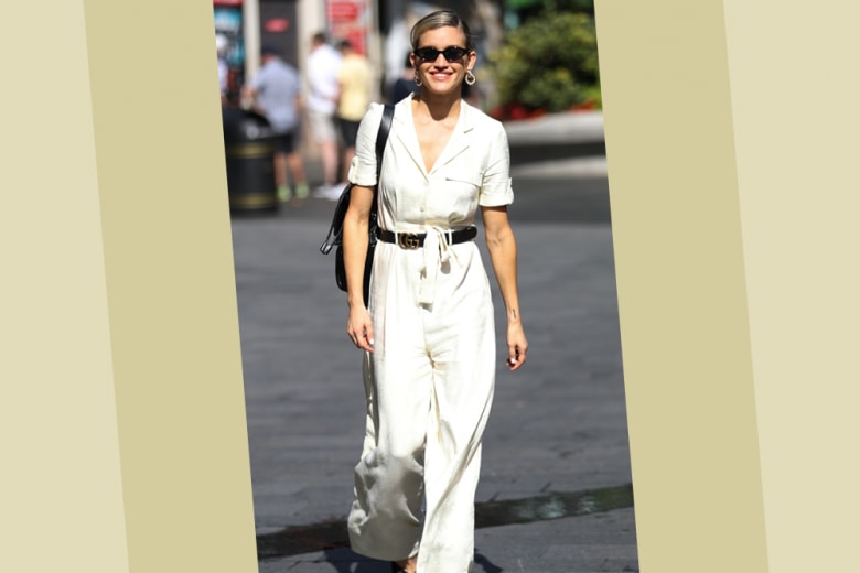 Jumpsuit bianca e accessori black: il look di Ashley Roberts è un must per il rientro in città