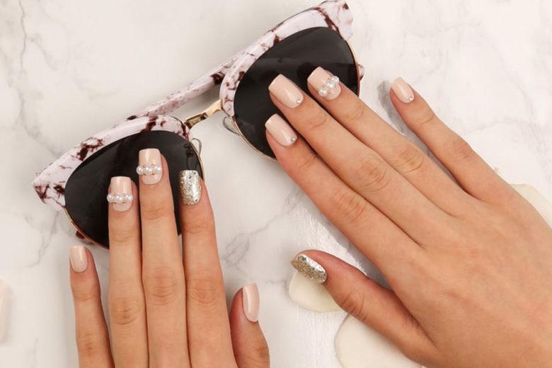 Pearl nail art: le unghie con perle per una manicure preziosa