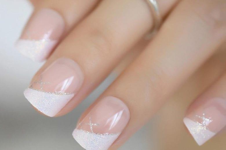 Side french manicure: la nail art più chic si porta lateralmente