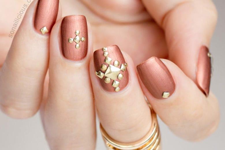 Unghie con le borchie: la studded nail art per una manicure rock