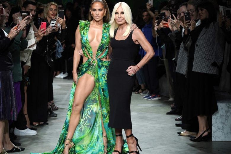 """Jennifer Lopez sfila sulla passerella di Versace con il celebre Jungle Dress (ed è subito """"OMG!"""")"""