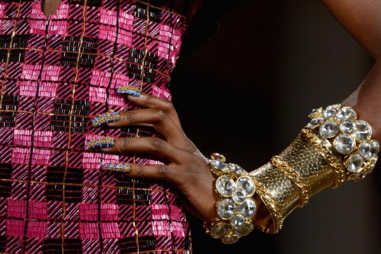La nail art tartan è (ancora) la manicure del momento e vi spieghiamo perché e come farla