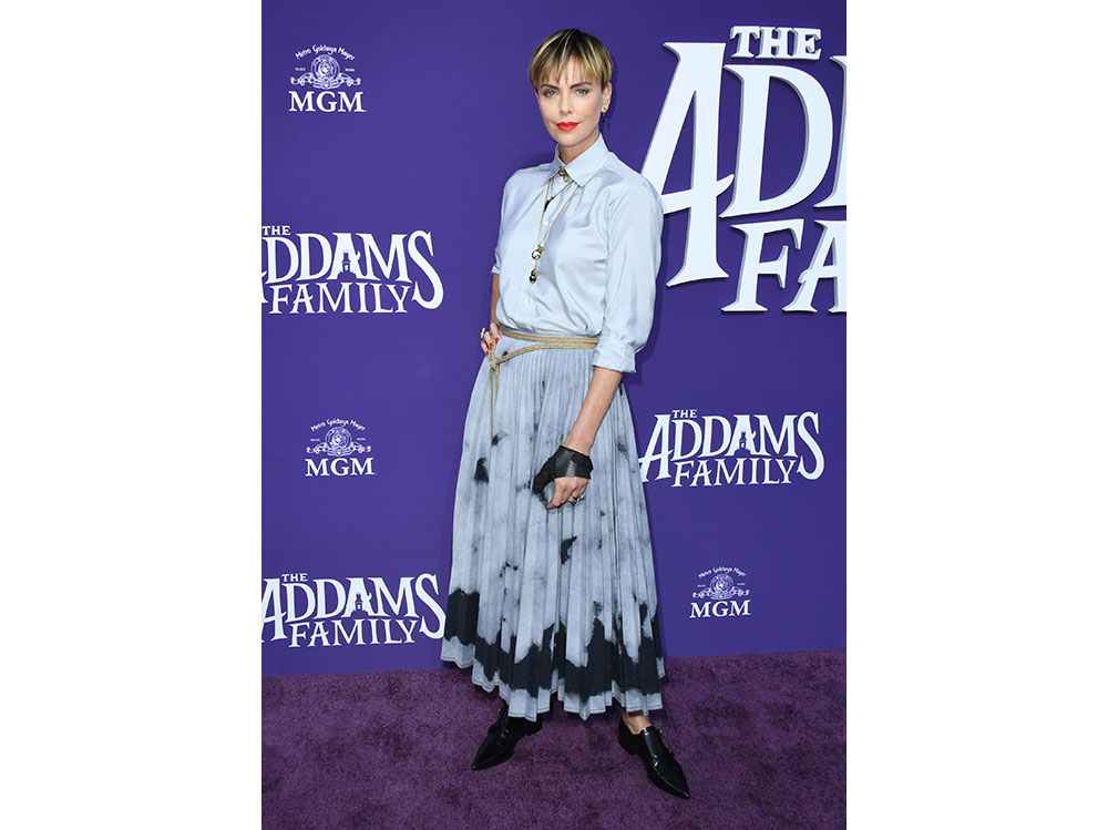 Charlize-Theron-in-Christian-Dior-alla-prima-di-The-Addams-Family