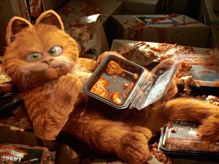 Garfield mangia