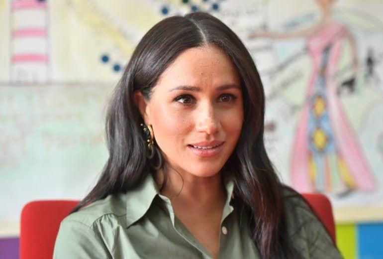 C'è un significato nascosto dietro i gioielli indossati da Meghan Markle in Africa