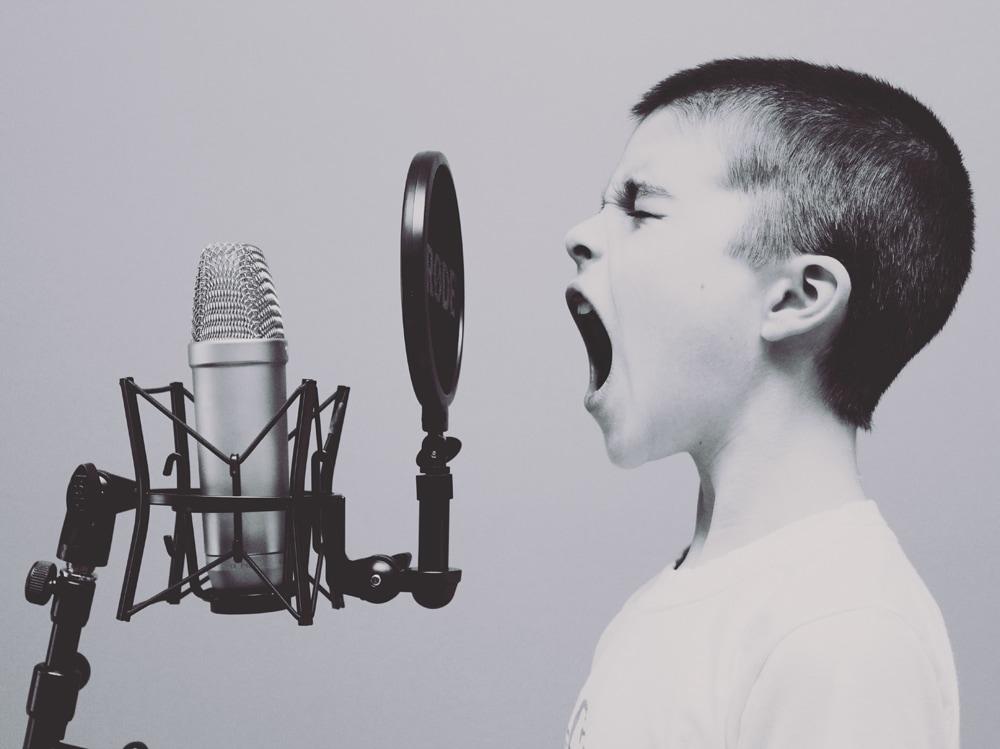 03-bambino-grida-microfono